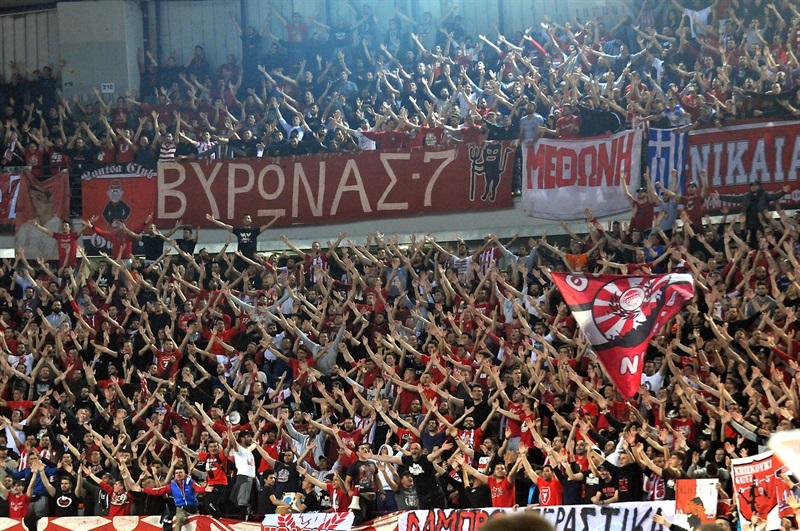 fans-olympiacos-piraeus-eb16